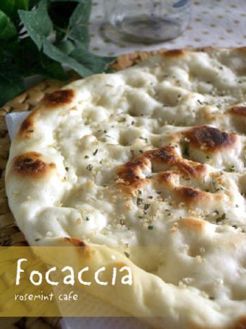 材料を袋に入れてよく混ぜたら、約1時間放置。発酵後は形成してフライパンで焼くだけなので、朝食やランチにもぜひおすすめです。フォカッチャのほかにも、ピザの生地にも◎。