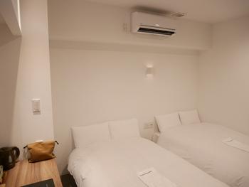 お部屋は白を基調としたシンプルなつくり。すべて25平米以上なので荷物を広げても十分なスペースがあり、快適にリラックスできますよ。