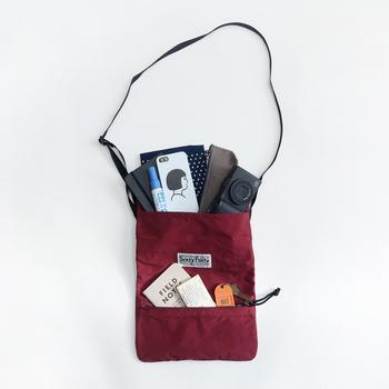 バックパックは両手が使えて便利ですが、荷物を取り出すためには一度下ろさなければいけないのが難点…。大切な貴重品や地図、カメラなど、よく使うものは別途小さめの肩掛けバッグに入れて持ち歩きましょう。コンパクトなショルダーバッグなら両手も使えますし、しっかりと身体に沿って持てるので安心ですね。