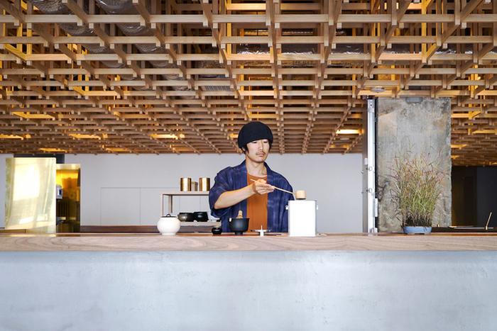 """今回はそのように""""ぷらっと金沢に訪れて、濃い時間を過ごしたい""""という方にぴったりな、金沢市内の宿を、5つご紹介したいと思います。金沢の伝統工芸品に触れられたりと、どの施設も、日本ならではの美意識が詰まったすてきなところばかり。"""
