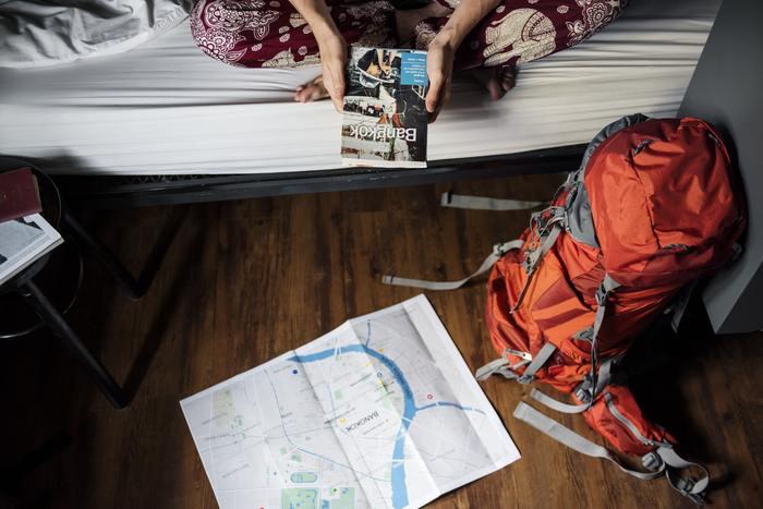 """例えば、いくつもの世界遺産を巡ったり、アジアを数カ国をかけ巡るような移動の多いアクティブな旅には、バックパックで身軽な旅をするのがおすすめです。また、長期となるとリーズナブルな宿やドミトリーに泊まる方も多いと思いますので、快適に過ごせるように荷物に工夫をすることが大切です。今回は、""""なるべく少ない荷物で、身軽に。""""をキーワードに、おすすめアイテムをいくつかご紹介いたします♪"""