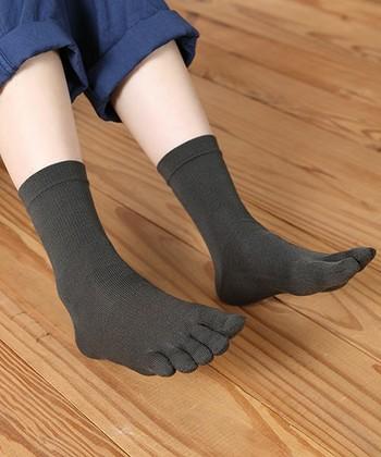 旅先では観光やショッピング、トレッキングなど、いつもよりたくさん歩きますね。長期のバックパッカー旅では、特に歩きすぎて足にマメができたりすることもあります。悪化すると水ぶくれになって歩くのも辛くなりますので、そんな時は五本指ソックスがおすすめ。靴の中の蒸れも防ぎ、足の指同士の摩擦も防ぐのでマメができにくく、断然快適になります。また、ちょこっとかっこ悪いですが、このままビーチサンダルをつっかけることもできますので、ホテルや飛行機の中でも快適に過ごせますね。