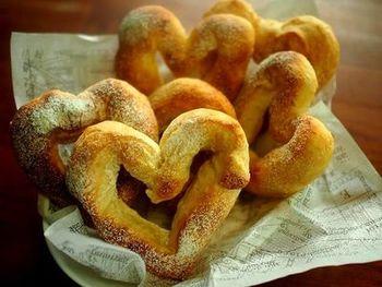 ソフトフランスパンもポリ袋を使うと簡単に作れちゃいます。食べやすく可愛いハート形がおすすめですが、好きな形のパンにするのも◎。