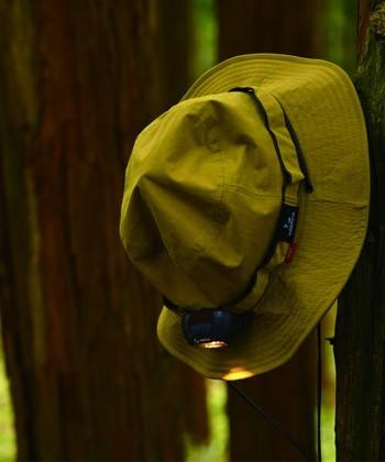 ヘッドライトも帽子もバックパック旅には必需品。暗がりでの移動だけでなく、個室ではないドミトリー宿に泊まる時に周囲に迷惑をかけないように手元を照らしたり、朝早い出発で荷物をまとめたり…という時に便利です。こちらの帽子は、昼間はベーシックな帽子として使えて、夜必要になったらLEDライトを取り付けることができます。