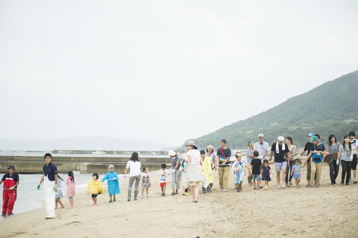 家族で参加したい地引き網を引くという企画。 神戸沖は豊かな漁場に恵まれており、その魚は兵庫産として築地などの市場へ出荷されているのです。 そのことをもっと広く知ってもらえる機会、力一杯に引いた網に新鮮な魚が大漁。 実物を観察しながら水族園の職員の説明を聞き、調理して食べるところまで実行する充実した内容に子供たちも大満足!