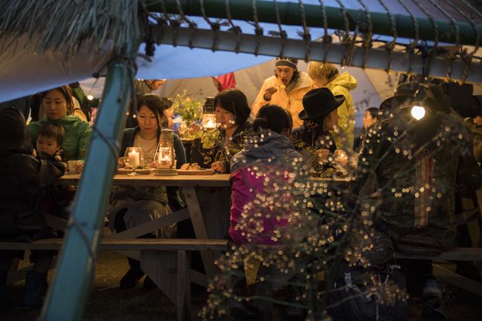 屋外で食べると、おいしい食事がもっとご馳走に。 昼と夜でも演出の変化があるので1日中楽しめます。