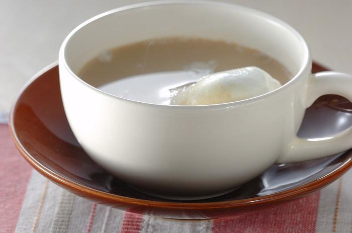 まずはとっても簡単なマシュマロ入りコーヒーレシピからご紹介。マシュマロを温めたカップに入れてから、コーヒー、温めた牛乳の順に入れるのがポイント。コーヒーをペーパードリップで淹れるところが本格派です!