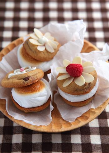 こちらはクッキーにマシュマロをのせて焼き、さらにクッキーを重ねてサンドしたスイーツレシピ。食べごたえも抜群で、リッチな気分になれそう♪デコレーションを施せば、小さなケーキのようですね!