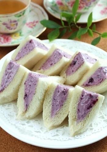 こちらはマシュマロの特徴を上手に取り入れたスイーツサンドのレシピです。マシュマロをとろとろに溶かしてから、クリームチーズなどと混ぜ合わせるところがポイント。ティータイムにぴったりのケーキみたいなサンドイッチです♪
