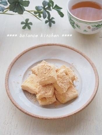 こちらも材料は、マシュマロ、豆乳、きな粉の3つだけ。豆乳にマシュマロを溶かしてから、冷やし固めて切り分けます。きな粉をまぶせばおしゃれな和風スイーツのできあがり♪日本茶にも合いそうですね♪