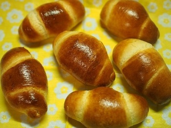 一次発酵させたら生地をのばして、くるっと巻くだけ。二次発酵後、卵をハケで塗ってオーブンで焼きます。