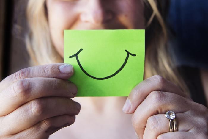 お土産選びに迷ったら、今度は「顔あり」のご当地土産を選んでみませんか。お土産に手渡せば、自然と笑顔がこぼれるはず。