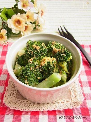 茹でたブロッコリーにゴマとマヨネーズを絡めたデリ風のレシピ。お弁当はもちろんのこと、おもてなしにも便利。小腹が空いた時にもパパッと作れます。