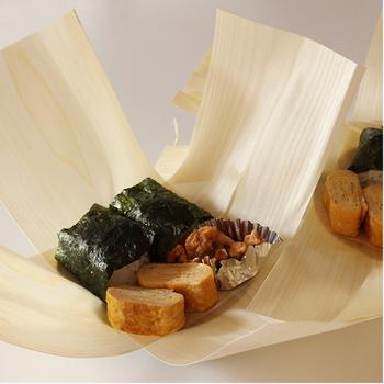 お弁当の一番シンプルな持ち歩き方が、この「経木」です。薄く削られた木でおにぎりなどを包む、日本の伝統の一品。木は程よく水分を吸い取るので、中のおにぎりなどがふっくら美味しくなるんです。お弁当の底に敷けば、余分な汁気などを吸い取ってくれます。