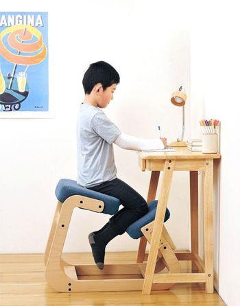 正しい姿勢で座れるように設計されたバランスチェア(スレッドチェア)も人気ですよ。高さや角度も調整できるのでお子様から大人までお使いいただけます。