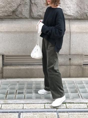 重く見えがちなブラック×モスグリーンに、ホワイトの巾着、ブラウス、スニーカーの差し色スタイリング。ブラウスの袖と巾着のふっくら感も素敵です。