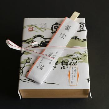「完全予約制」となっており、2~3週間以上前の予約が必要なので、ご注文はお早目に。  電話での予約のほか、JR「京都」駅すぐの「JR京都伊勢丹」のサイトからオンライン予約し、店舗で受け取る事もできます。