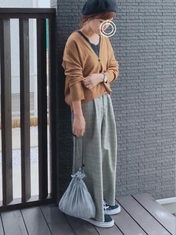 キャメルのカーディガンに光沢のあるサテン素材の巾着を合わせれば、オシャレ上級者のキャメル×グレーのスタイリングが完成。