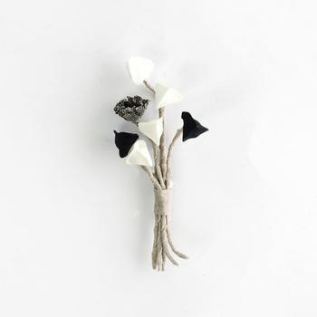 ひとつひとつ丁寧にハンドメイドで作られた、つぼみをかたどったコサージュ。素朴でナチュラルな雰囲気が魅力です。帽子につけたり、シンプルなワンピースの胸元にちょこんと咲かせたら素敵ですね。