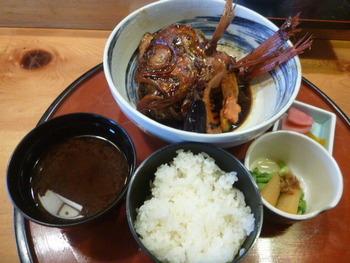 この時期のランチは、握りは頂けないようですが、丼ものや定食が堪能できます。その中でも海の幸たっぷりの「海鮮丼」と、伊豆の名物「地金目鯛の煮付け定食」が人気メニューです。