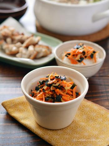 にんじんの色合いが鮮やかなふりかけは、見た目はもちろん、3つの材料で作れる手軽さもポイント。にんじんの美味しさを活かすために、味付けもシンプルに。栄養もしっかり摂れるので、にんじんを買ったら一度はぜひ試してほしいレシピです。