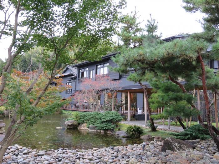 大正時代から受け継がれてきた老舗旅館「玉峰館」。2013年にリニューアルし、趣のある佇まいと伝統はそのままに、回遊式の広い庭を新設するなど、庭を楽しみながらゆったりくつろげるお宿です。