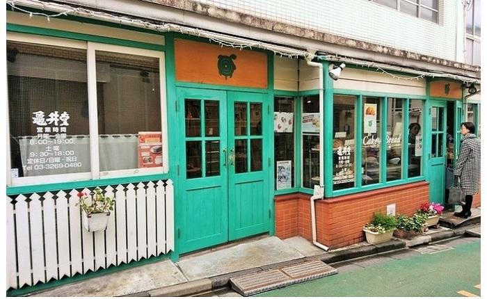 赤城神社のすぐそば。瓦せんべいや人形焼きの老舗として知られる亀井堂が、2000年代にオープンしたパンとケーキの店。朝8時のオープン以降、パンを求める老若男女で賑わうお店の中には、4人までのイートインスペースもあります。(筆者撮影)