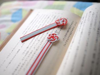 こちらは、太陽と雲をイメージした配色の「mizuhikiブックマーク(しおり)」です。本を閉じる際に挟むと、ちょうど頭の水引部分が見えますよ。本好きの友人や、外国のお友達などへ贈り物として渡すのにおすすめのアイテムです。