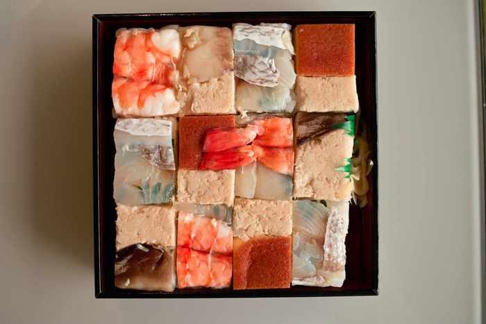 蓋をひらいたとたん歓声をあげてしまいそうな「上箱寿司」は、綺麗な市松模様に様々な味のお寿司がつめられて、なんとも美しい佇まい。  お米は薪を使って、「おくどさん」=「竈(かまど)」で炊く百年前と変わらぬ調理法を守っています。