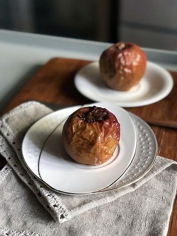身体を温める効果のある果物には、りんごやぶどう、オレンジ、桃などがあります。ただ、寒い季節には冷たい生のフルーツは少し食べづらいかもしれません。そんな時は、ホットフルーツにするのもひとつの方法です。焼きりんごなら、血行促進効果のあるシナモンとも相性抜群ですよ。