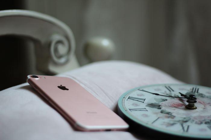 最近ではスマートフォンのアラーム設定にもついているスヌーズ機能。一定の間隔で繰り返しアラーム音を鳴らしてくれるので便利ですが、起きたり・寝たりを繰り返すのは、疲労感がかえって増してしまうのだそう。気持ちの良い目覚めのために、スヌーズ機能を利用するのは一回だけなど工夫してみましょう。