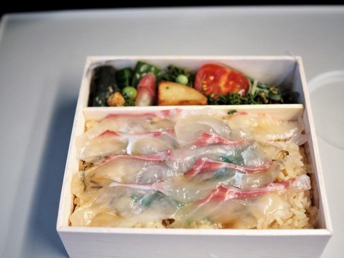 「紫野和久傳」のお弁当のうち、おすすめは定番の「鯛ちらし」。  締めた鯛に透けて見える木の芽が、爽やかな香りでアクセントを添え、添えられた旬の野菜も、上品で繊細なお味です。