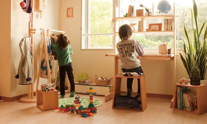 お子様の学習机を導入するにあたって、悩むのが「どこに置くか?」「どんな学習机を選んだら良いか?」ではないでしょうか。場所を取るインテリアなので、子ども部屋に置くなら収納力があり機能的なタイプを。リビングに置くならコンパクトで移動が楽なタイプがおすすめです。