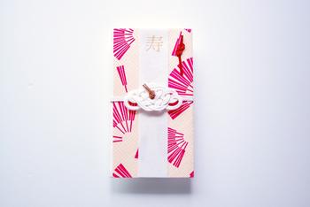 結婚式やお祝い事の際のご祝儀袋などに結ばれている「水引」。美しく繊細な細工で形作られた飾り紐を、皆さんも一度は目にしたことがあるのではないでしょうか。