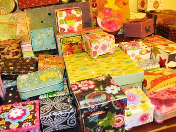 空き箱に好きなデザインの紙を貼るだけでお気に入りが作れてしまう小箱DIYには、実にいろいろな楽しみ方があります。包装紙のほかにも生かせる材料は沢山ありますので、アイディアを膨らませてエコで素敵なDIY術に挑戦してみてください。また、紙のほかに布を貼る方法もありますよ♪