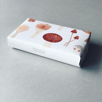 空き箱に紙を貼って作る小箱では、外側に貼る紙の選び方が重要!作りたい雰囲気にぴったりの紙を探してみてくださいね。ラッピングに使う包装紙やアートペーパーの好きな柄の部分を使うのもおすすめの方法です。