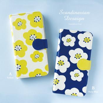 ビビットな色使いが北欧らしい花柄のスマホケース。ネイビー、イエロー、ホワイトでポップなのに、色数をおさえているので落ち着いた印象も。手帳型以外のシリーズもかわいいですよ♪