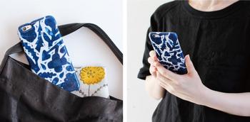 2種類のデザインは、それぞれに素敵。カラフルなのにどこかモダンな「COLORFUL FLOWERS」と美しいブルーが印象的な「BLUE FLOWERS」。どちらにしようか迷ってしまいますね。