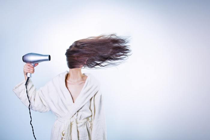 """ドライヤーの当てかたにもコツがあります。それは""""根元から先に乾かす""""ということ。 髪を顔の前に持っていき、後ろから風を当てるようにすると、早く乾かすことができます。そして根元が乾くと毛先も自然と乾いていき、においを抑えることにも繋がります。"""