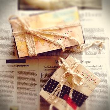 空き箱に柄や文字などが書かれている時には、デコレーションに響かないように白い紙を下に貼るのがコツ♪こちらは、テイストの違う紙を組み合わせているところがおしゃれな小箱です。