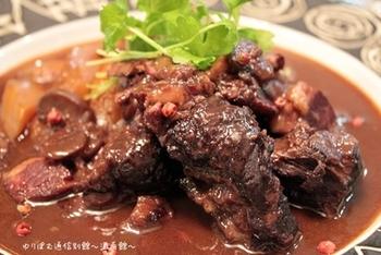 下準備が少し手間ですが、基本はメインとなる牛肉や野菜を炒めたら、あとは赤ワインで煮込むだけ!水を加えず、野菜がもっている水分を利用するので、素材の美味しさも感じられるはず。おもてなし料理として出せるほど、インパクトのある一品料理にできあがります。