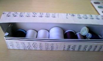 こちらはラップの箱を生かした小箱です。身近な空き箱がおしゃれなミシン糸ケースに変身♪細長い箱も両面テープを使えばキレイに貼れるでしょう。