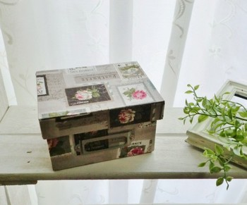 小箱は厚紙などでイチから作ることもできます。紙や布を貼って自分好みにデザインすれば、世界に一つだけのオリジナルデザインの小箱に!カルトナージュとして親しまれるフランスの伝統工芸が気軽に楽しめます♪