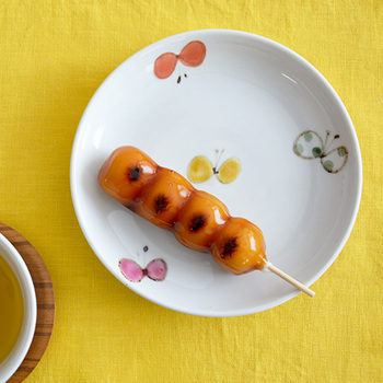 九谷焼の窯元・九谷青窯の陶工、「米満麻子」さんによる可憐な色絵蝶シリーズのお皿。色とりどりの蝶が舞い、春の訪れを知らせてくれます。和洋のおかず、サラダ、おやつ、フルーツなどどんなものにも合います。
