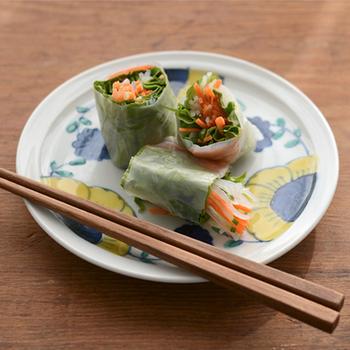 """呉須と呼ばれる藍色と鮮やかな黄色のコントラストが印象的な和食器""""舞い花""""。九谷青窯の「高原真由美」さんの新作です。"""