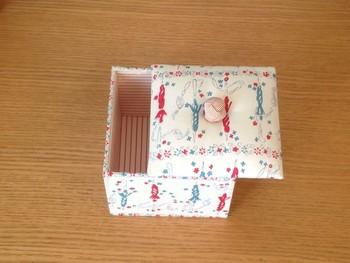 箱の外側に貼る素材は紙だけでなく布でもOKです。布を貼ると紙とはまた違う質感が生まれて、中に綿を入れればぽってりとした柔らかさもプラスできますね♪