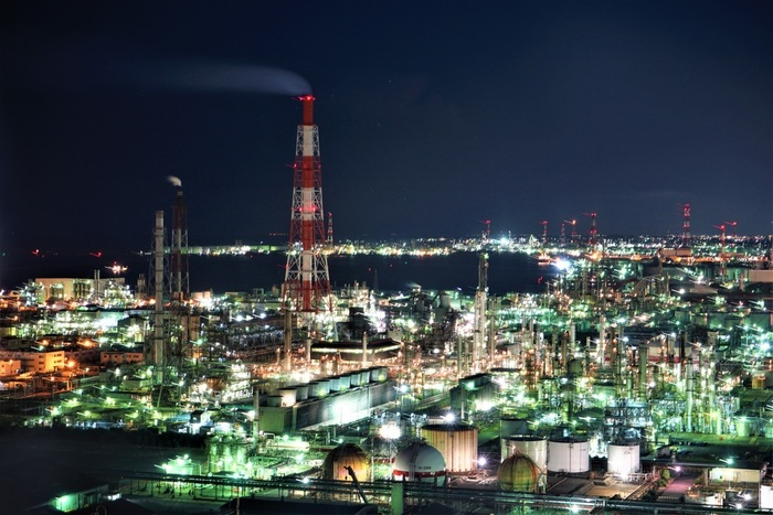うみてらす14からは、地上90メートルの高さから、四日市コンビナートを一望することができます。高台が少ない四日市工業地帯において、うみてらす14は、工場夜景を見下ろすことができる貴重な眺望スポットです。