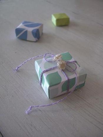 折り紙2枚でフタつきの小箱が完成!同じサイズの折り紙でも、片方の大きさを少し切り落として調整するだけで作れますよ♪