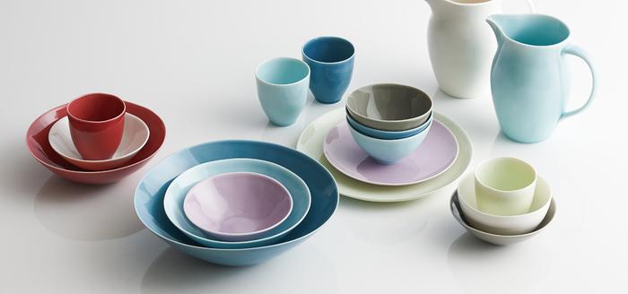 カラフルな色とサイズがそろった、日常使いにおすすめの食器シリーズ。グラデーションでそろえたり、また差し色の食器を加えたり。食卓に絵を描くように、色遊びが楽しめます。器の縁が薄くなめらかで、繊細なイメージも。口当たりも柔らかで、毎日使いたくなる器です。