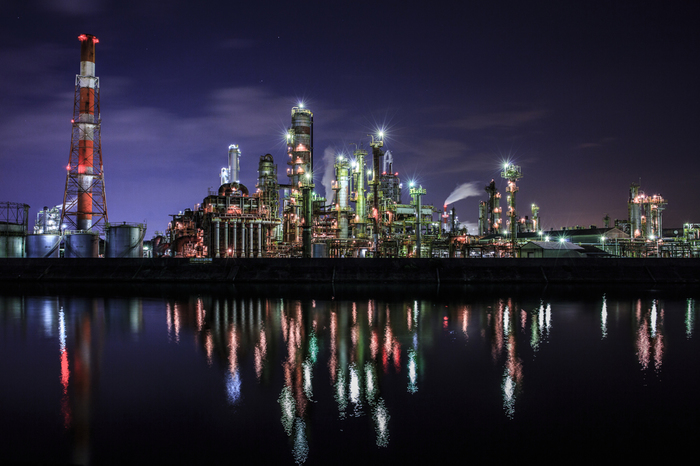 近未来都市を彷彿とさせる工場を、三滝川がぼんやりと映し出す景色は幻想的で、思わずカメラに収めたくなるほどです。
